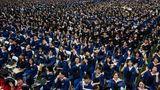 Wuhan, China. Fast9000 Studenten der Central China Normal University feiern in der Millionenstadt ihren Abschluss. Unter ihnen sind auch 2000 Graduierte, deren Zeremonie im vergangenen Jahr wegen der Corona-Pandemie ausfallen musste.
