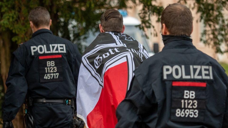 Reichsbürger wird von Polizei abgeführt