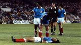 WM 1982 Frankreichs Spieler Patrick Battiston liegt bewusstlos am Boden