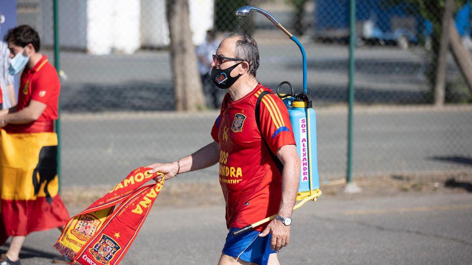 EM 2021: Spanischer Fan mit mobiler Dusche