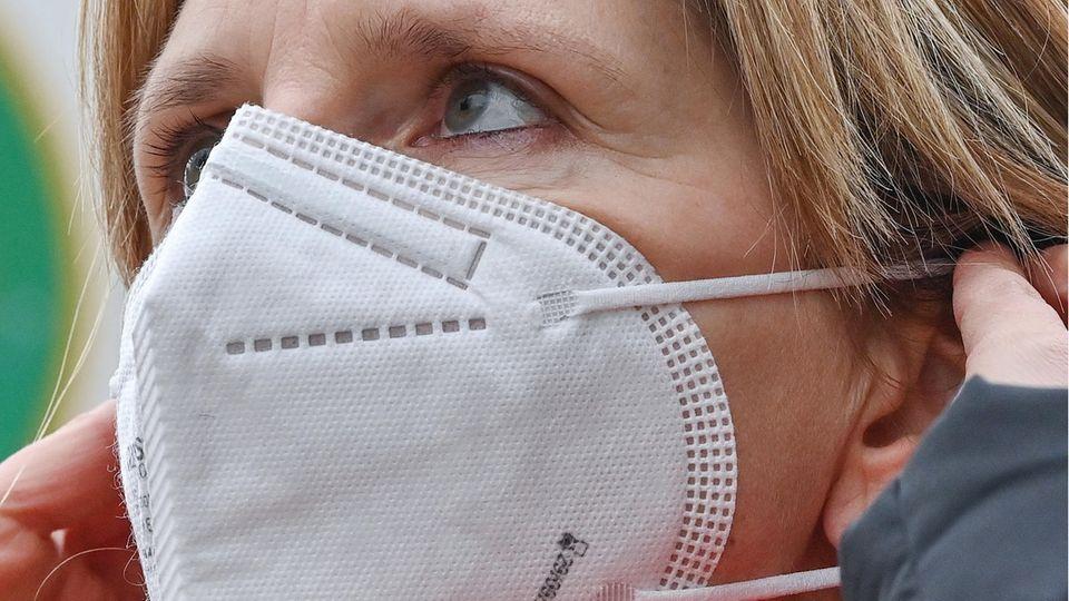 Sinkende Inzindenz: Soll die Maskenpflicht jetzt kippen? Experte gibt Antworten
