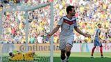 Auf dem Weg zum Titel: Mats Hummels dreht ab. Gerade hat er mit einem Kopfball die deutsche Mannschaft im Viertelfinale der WM in Brasilien in Führung gebracht. Was er da noch nicht weiß: Es ist das entscheidende Tor. Doch es bleiben noch 75 lange und umkämpfte Minuten bis das feststeht. Mehrfach muss Manuel Neuer gegen Frankreichs Topstürmer Benjamin Benzema retten. Doch es reicht für die Deutschen. Wenige Tage später folgt das legendäre 7:1 über Brasilien und schließlich der vierte Finalsieg.