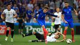 Der Traum vom Double ist aus: Zwei Jahre später ist Frankreich dran. Antoine Griezmann zerstört mit zwei Treffern den deutschen Traum vom Double aus Welt- und Europatitel. Zu viele wichtige Spieler hatten die Nationalmannschaft nach demWM-Sieg in Brasilienverlassen. Die Franzosen dagegen werden im eigenen Land zum zweiten Mal Europameister und vollenden mit dem WM-Titel2018 das, was sie den Deutschen verbaut hatten. Auch jetzt sind wieder Top-Favorit. Schaffen sie das Triple?