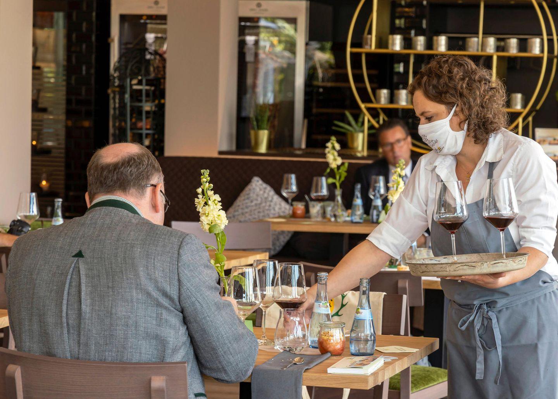 Restaurants und Cafes dürfen unter Auflagen wieder öffnen, doch Mitarbeiter sind rar
