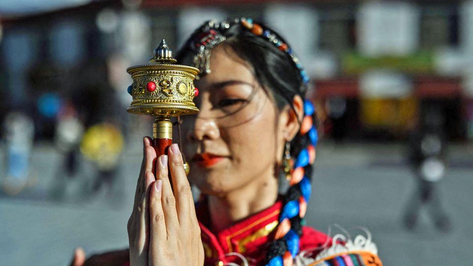 Am Jokhang Temple, dembedeutendsten Heiligtum inder Altstadt von Lhasa