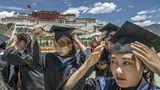 Westliche Hochschulsitten im Hochland: Studierende der Tibetan University erscheinen zum Fototermin.