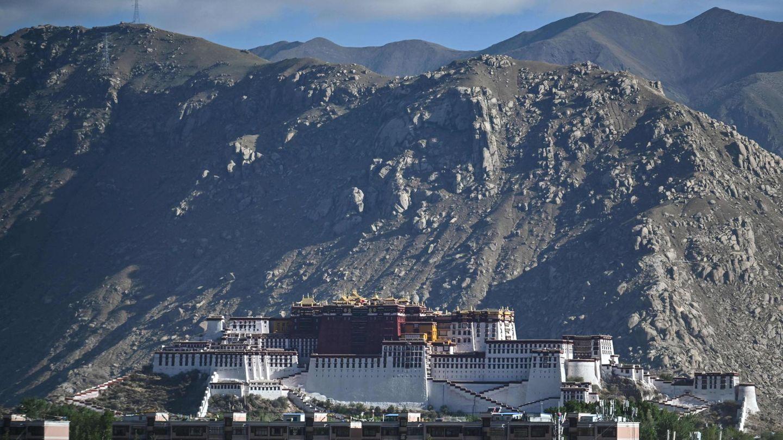 Bild 1 von 16 der Fotostrecke zum Klicken:Der Potala-Palast in Lhasa warvon1642 bis 1959 dieoffizielle Residenz und der Regierungssitz der Dalai Lamas.