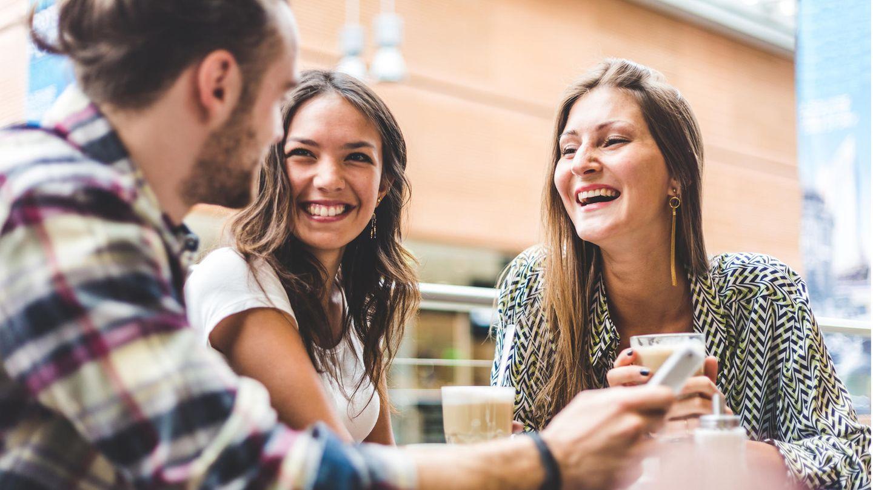 Freunde lachen miteinander