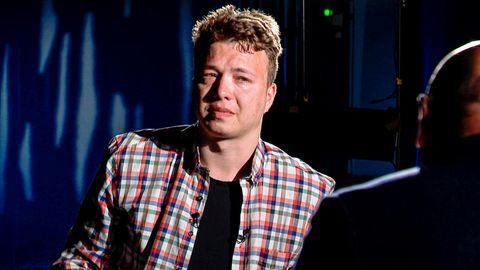 Roman Protassewitsch, der während seines Interviews mit dem belarussischen Journalisten Marat Markau weint.