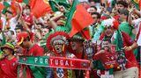 Volle Kostümierung: portugiesische Anhänger in der Puskas-Arena in Budapest