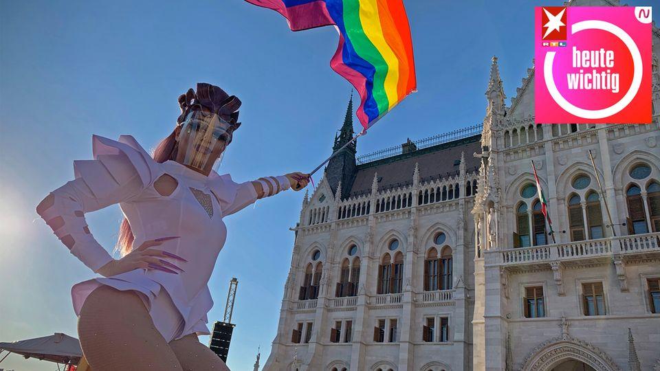 Eine Dragqueen schwenkt eine Regenbogenfahne auf einer LGBT-Rechte-Demonstration vor dem ungarischen Parlament