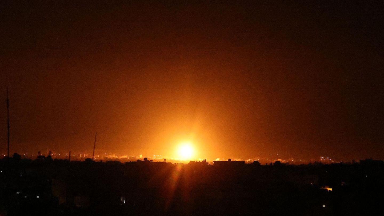 Explosionen erhellen die Nacht in Khan Yunis im südlichen Gazastreifen