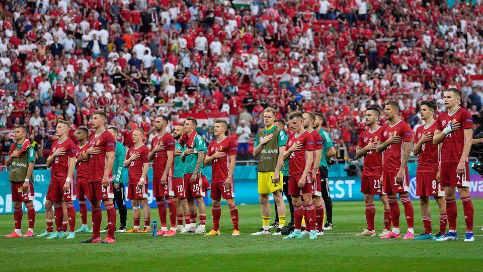 Ungarns Mannschaft singt mit dem Publikum die Nationalhymne