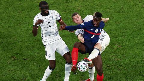 Zwei gegen einen: Frankreichs Paul Pogba wurde nach der Partie zum Spieler des Matchs gewählt