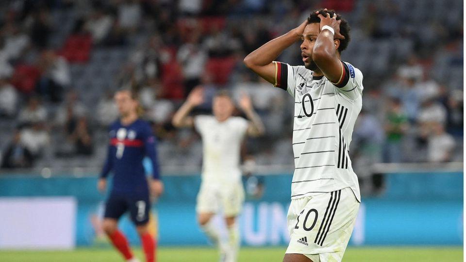 Serge Gnabry rauft sich nach einer vergebenen Chance im EM-Spiel gegen Frankreich die Haare