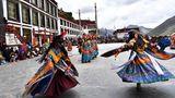 Folklore-Darbietung: Buddhistische Mönche führen fürJournalisten und Einheimische den Cham-Tanz im Drigung-Kloster auf.
