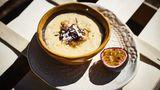 Maracuja Dessert  Zutaten: 4 Maracujas (Passionsfrüchte), 1 gut gekühlte Dose gezuckerte Kondensmilch (ca. 400 g), Kokos- und Schokoraspel zum Garnieren  Zubereitung: Die Maracujas halbieren und das Fruchtfleisch mit den Kernen in einen hohen Rührbecher geben. Die gezuckerte Kondensmilch zufügen und den Becherinhalt mit einem Stabmixer glatt pürieren, bis die Kerne ganz fein sind. Zum Anrichten die Creme auf Dessertgläser verteilen und mit Kokos- und Schokoraspeln garnieren.