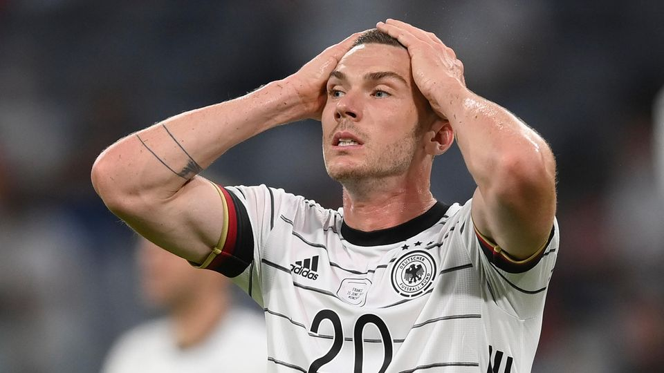 Nationalspieler Robin Gosens fasst sich während der Spiels gegen Frankreich an den Kopf