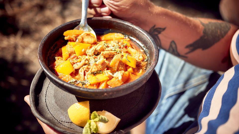 Marokkanischer Hähncheneintopf  Zutaten:1 ganzes Bio-Hähnchen, 1 Dose Kichererbsen (ca. 400 g), 1 große Gemüsezwiebel, 1 gelbe Paprikaschote, 3 große mehligkochende Kartoffeln, Olivenöl zum Anbraten, 2 TL Ras el Hanout, 1 TL gemahlener Kreuzkümmel, 1 TL rosenscharfes Paprikapulver, 1 ½ l Gemüsebrühe, Salz, frisch gemahlener schwarzer Pfeffer, 1 Bund frische glatte Petersilie, fein geschnitten  Zubereitung: Das Hähnchen innen und außen waschen und trockentupfen. Die Kichererbsen in ein Sieb gießen und mit kaltem Wasser abspülen. Die Zwiebel abziehen. Die Paprikaschote putzen, waschen und die Samen sowie die Trennhäute entfernen. Die Kartoffeln schälen. Alles in 2–3 cm große Würfel schneiden und in reichlich Olivenöl in einem großen Topf anbraten. Das Ras el Hanout, den Kreuzkümmel und das Paprikapulver unterrühren und die Gemüsebrühe zugießen. Das Hähnchen und die Kichererbsen in den Topf geben, alles kurz aufkochen lassen, den Deckel aufsetzen und dann bei mittlerer Flamme etwa 1 Stunde köcheln lassen. Wenn das Hähnchen weich gegart ist, herausnehmen, das Fleisch von den Knochen und der Karkasse lösen und zurück in den Topf geben. Den Eintopf mit Salz und Pfeffer abschmecken. Nach Bedarf noch ein paar Minuten erhitzen, bis das Fleisch ganz gar ist. Den Hähncheneintopf in Schälchen anrichten und, mit Petersilie bestreut, servieren.