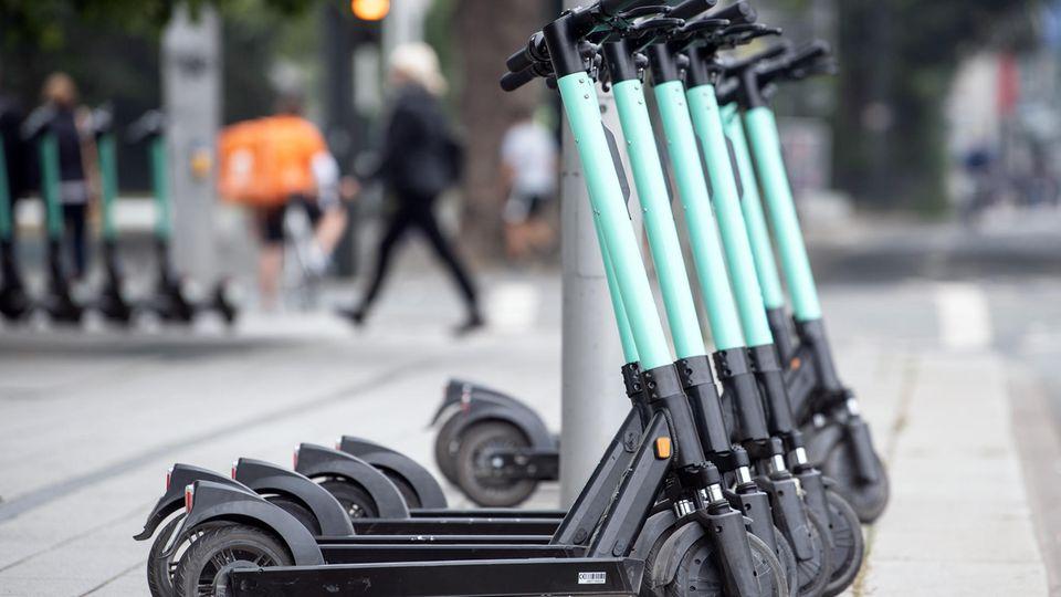 E-Tretroller stehen am Straßenrand