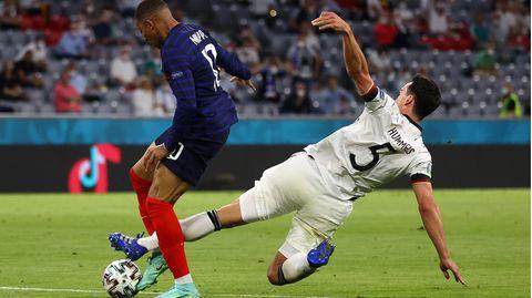 Mats Hummels grätscht gegen Kylian Mbappé