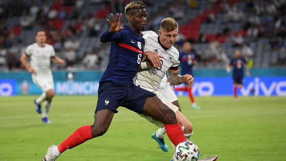 Paul Pogba (l.) kämpft beim 1:0-Sieg von Frankreich gegen Deutschland mit Toni Kroos um den Ball
