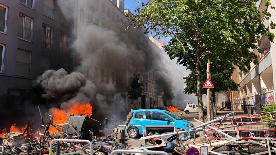 Eine Barrikade brennt in der Rigaer Straße in Berlin-Friedrichshain
