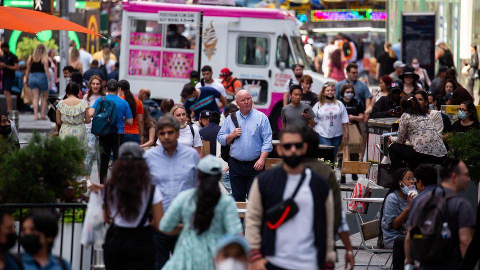 Coronavirus Delta USA: Menschen gehen über den New Yorker Times Square