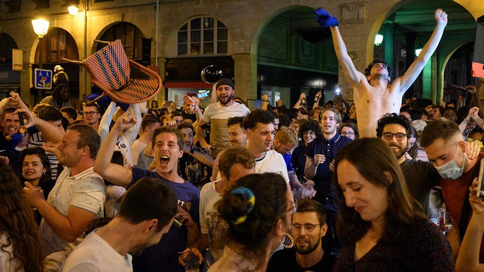 Viele französische Fans jubeln nach dem 1:0-Sieg gegen Deutschland