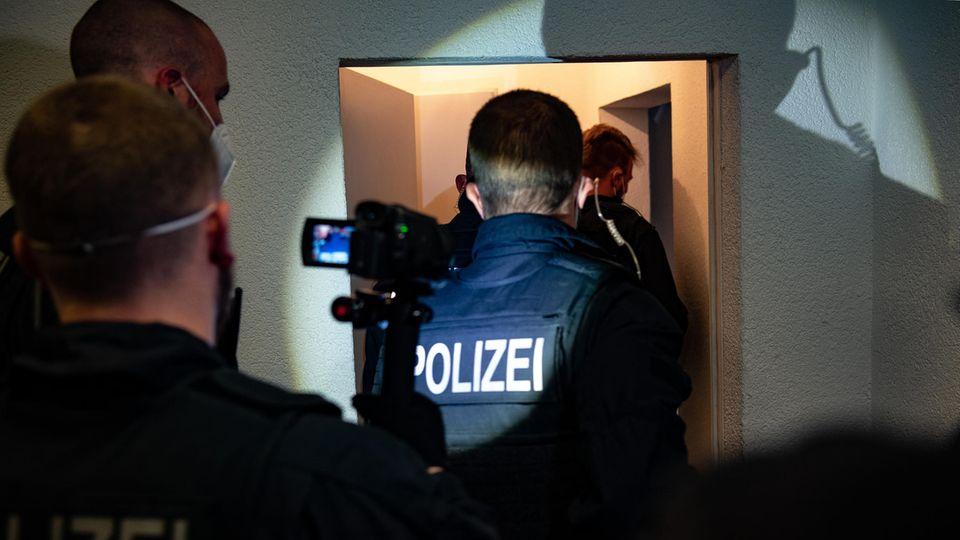 Die Hamburger Polizei bei einer Razzia gegen organisierte Schleuserkriminalität im Mai 2021