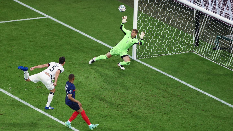 Deutschlands Mats Hummels (l.) trifft zum entscheidenden 0:1 gegen Frankreich ins eigene Tor
