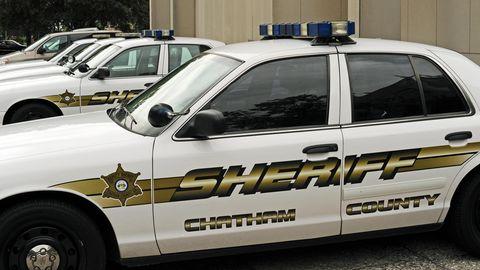 Polizeifahrzeuge stehen abfahrbereit vor einer Polizeistation in der Altstadt von Savannah