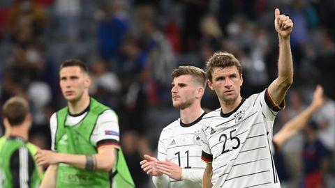 Daumen hoch: Thomas Müller grüßt die deutschen Anhänger in der Allianz Arena nach dem Spiel gegen Frankreich