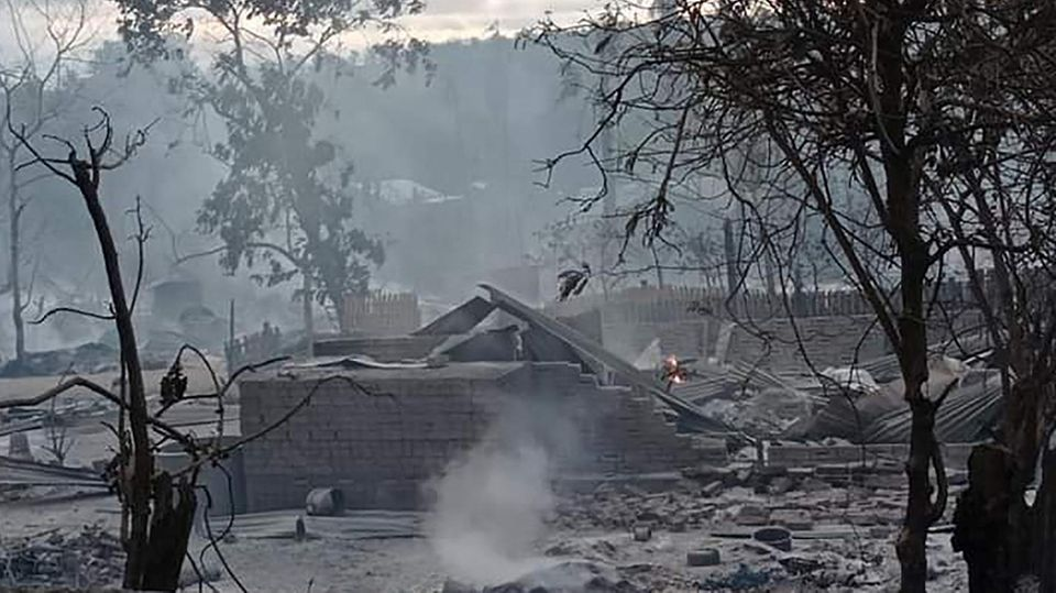 Das Foto zeigt die Überreste von Häusern in dem Dorf Kin Ma (Myanmar)