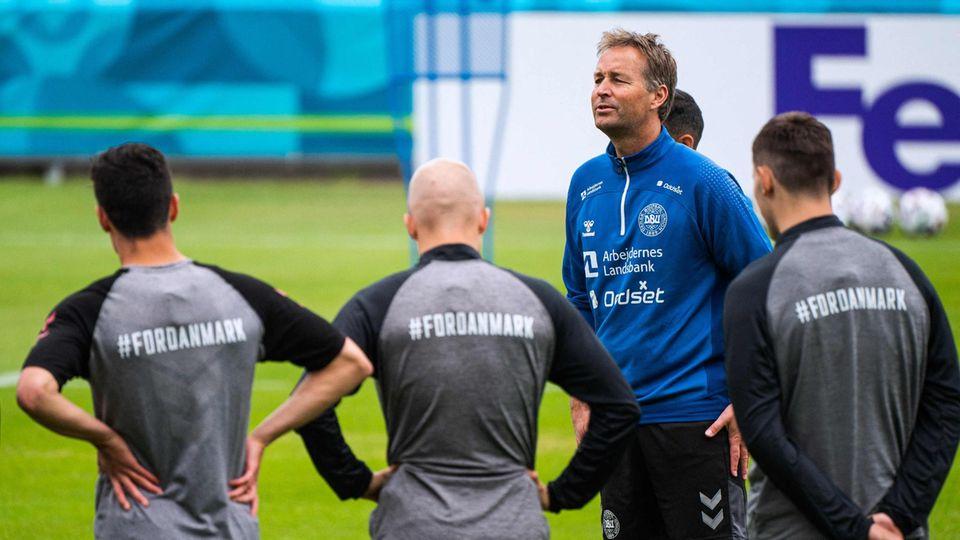 EM 2021: Dänemarks Coach Kasper Hjulmand mit drei Spielern beim Training