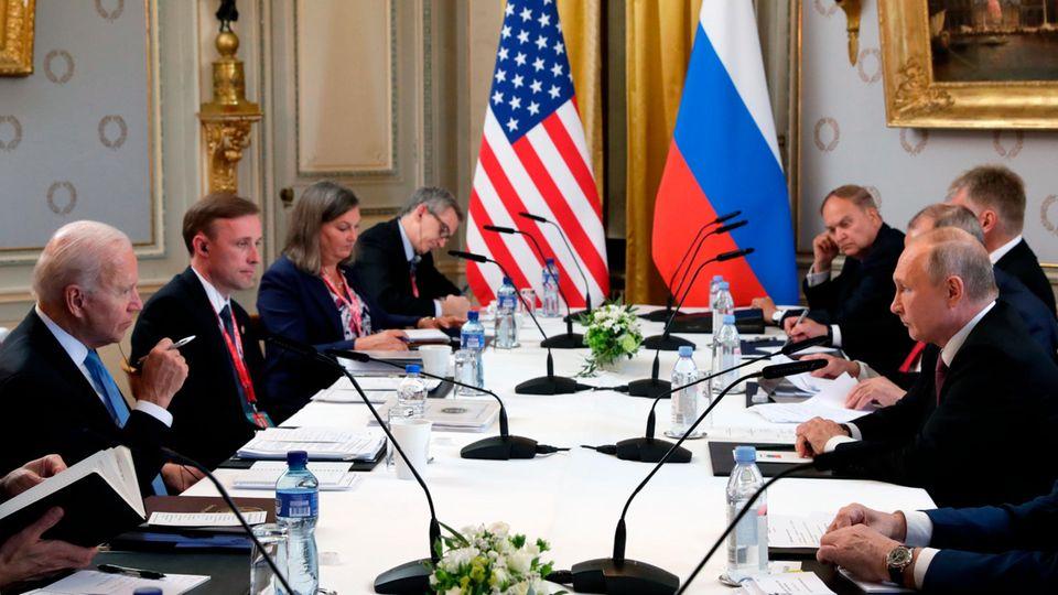 """Joe Biden (l) und Wladimir Putin unterhalten sich während ihres Treffens in der """"Villa la Grange"""""""