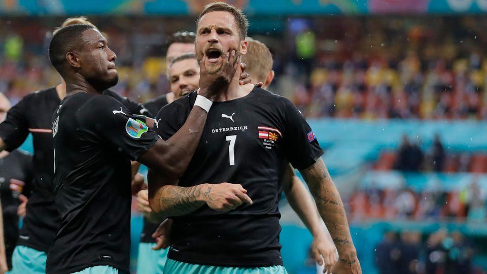 Österreichs Kapitän David Alaba versucht Marko Arnautovic bei seinem Torjubel den Mund zuzuhalten