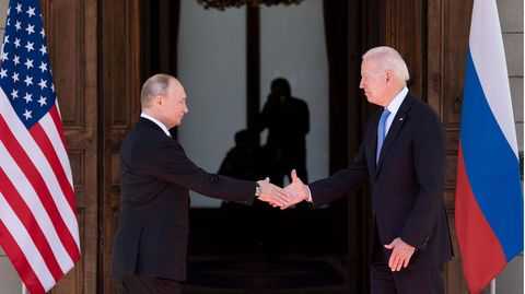 Russlands Präsident Wladimir Putin (l.) und US-Präsident Joe Biden begrüßen sich bei einem Gipfeltreffen in Genf
