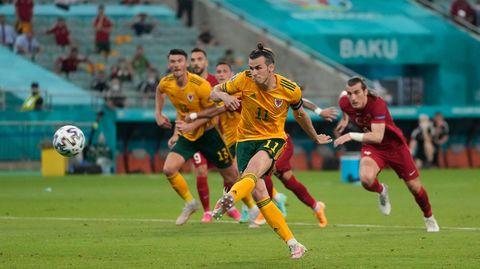 EM 2021: Gareth Bale jagt den Ball vom Elfmeterpunkt über das Tor der Türken