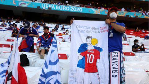 Ein französischer Fan zeigt eine Unterstützungsbotschaft für Christian Eriksen aus Dänemark