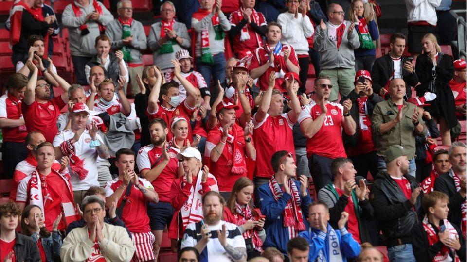 Fans von Dänemark applaudieren für den dänischen Nationalspieler Eriksen
