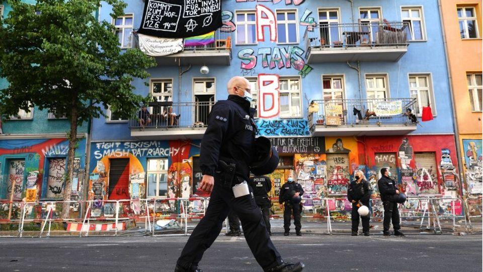 Polizisten vor dem besetzten Haus Rigaer 94