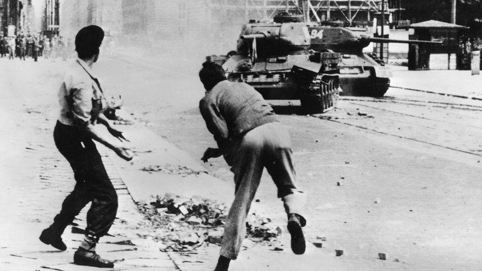 """17. Juni 1953: Der Volksaufstand in der DDR  Rund eine Million Menschen waren in der DDR vor 68 Jahren in rund 700 Orten gegen die politisch und wirtschaftlich angespannte Lage auf die Straße gegangen. Aus spontanen Streiks entwickelte sich ein Aufstand mit Rufen nach Freiheit und Einheit.  Panzer der Sowjetarmee schlugen den Protest blutig nieder. Rund 10.000 Demonstranten wurden laut Bundesstiftung Aufarbeitung festgenommen, mehr als 1500 von ihnen zu Haftstrafen und einige sogar zum Tode verurteilt. Laut Stasi-Unterlagen-Behörde traf der Aufstand die SED-Führung sowie die Staatssicherheit überraschend. Sie sprachen von einem """"faschistischen Putsch"""" – gesteuert vom Westen.  Schon am 4. August 1952 beschließt die Bundesrepublik, den 17. Juni als """"Tag der deutschen Einheit"""" zu feiern – bis dieser Feiertag mit der Wiedervereinigung Deutschlands auf den 3. Oktober gelegt wird. Der 17. Juni ist bis heute ein Gedenktag."""