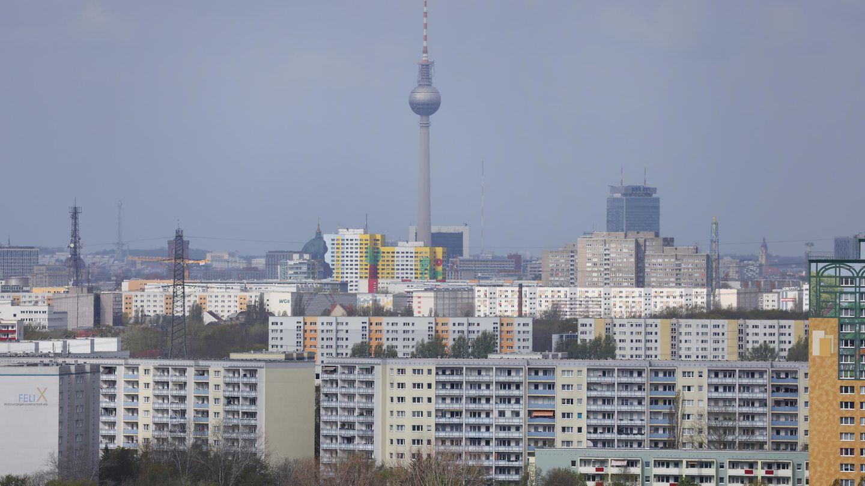 Hochhäuser in Berlin-Marzahn mit dem Fernsehturm am Alexanderplatz