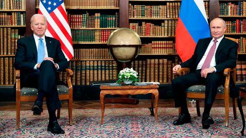 """US-Präsident Joe Biden (l.) und Russlands Präsident Wladimir Putin bei ihrem Treffen in der """"Villa la Grange"""" in Genf (Schweiz)"""