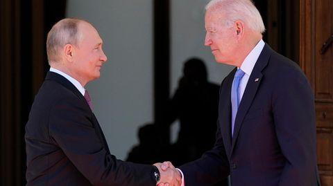 Wladimir Putin (l.) und Joe Biden schütteln sich die Hand
