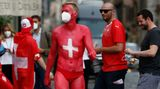 Fast könnte man glauben, der Mann in Rot ist komplett nackt. Aber der Schweizer Fan trägt noch eine Badehose. Ein Hingucker ist er auf jeden Fall.
