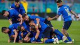 Eine richtige Rasselbande. Die Italiener werden wahrscheinlich Europameister werden, so eng wie der Zusammenhalt in der Mannschaft ist.