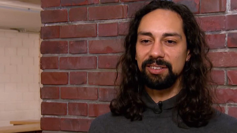 Karim Shebeika steht im Studio von Bares für Rares in Pulheim und lächelt in die Kamera