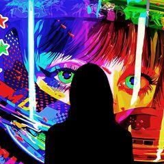 Frau steht vor digitalem Kunstwerk